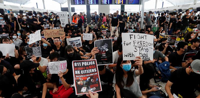 מפגינים בתוך נמל התעופה של הונג קונג / צילום: Issei Kato, רויטרס