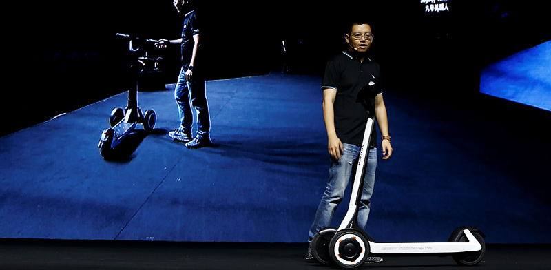 """מנכ""""ל Ninebot מציג את הקורקינט האוטונומי KickScooter T60 / צילום: Florence Lo, רויטרס"""