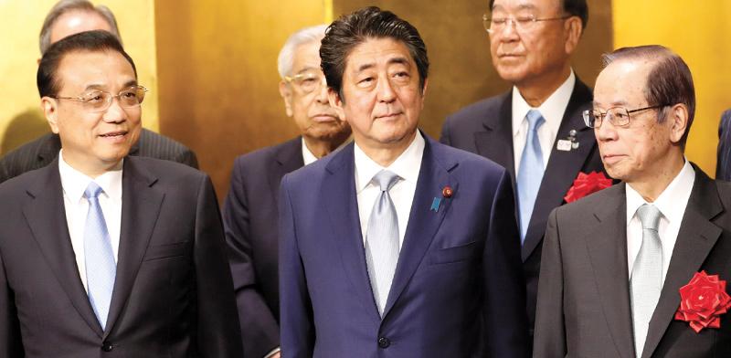 """מימין: ראש הממשלה היפני לשעבר יאסואו פוקודה, רה""""מ יפן הנוכחי שינזו אבה וראש ממשלת סין, לי קצ'יאנג / צילום: KIM KYUNG-HOON, רויטרס"""