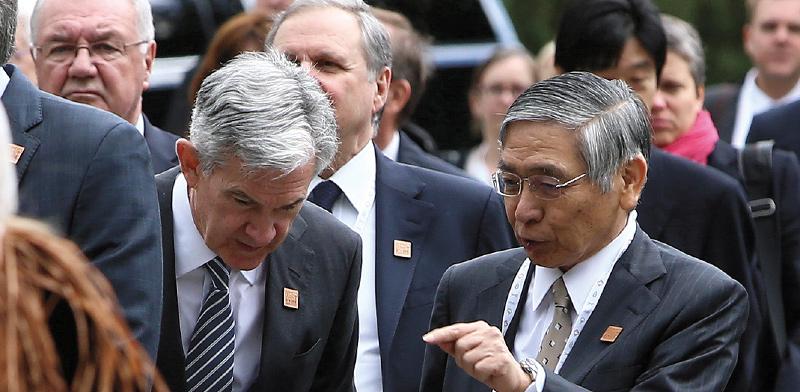 """נגיד הבנק המרכזי של יפן, הרוהיקו קורודה (מימין), ויו""""ר הפדרל ריזרב, ג'רום פאוול / צילום: BEN NELMS, רויטרס"""