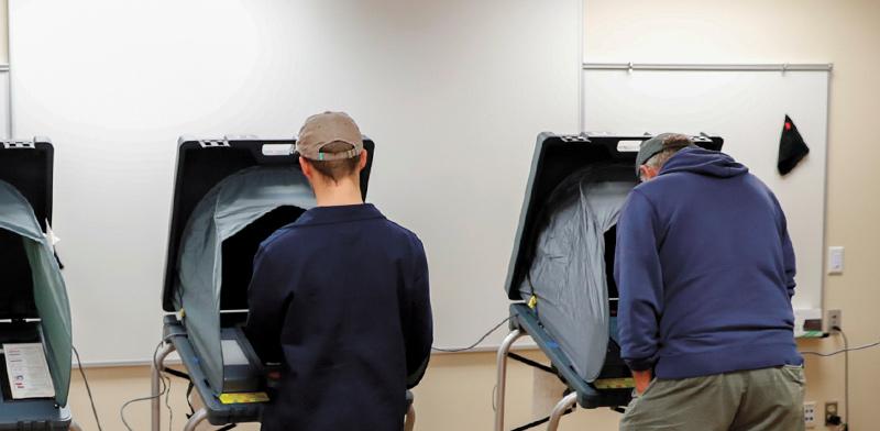 """מצביעים באופן אלקטרוני בבחירות האמצע בארה""""ב, נובמבר 2018  / צילום: רויטרס"""