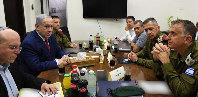 """רה""""מ בנימין נתניהו בהתייעצות בקריה / צילום: אריאל חרמוני, משרד הביטחון"""