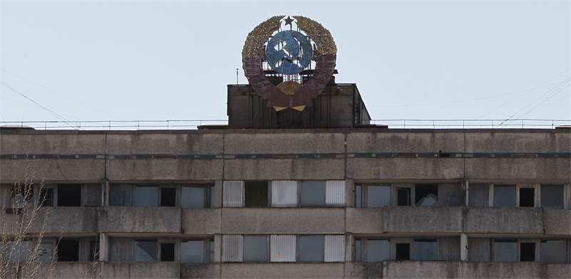 """סמל ברה""""מ על אחד מהבניינים הנטושים בעיירה פריפיאט שליד צ'רנוביל / צילום: Gleb Garanich, רויטרס"""
