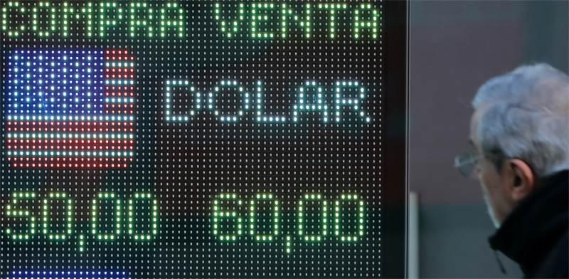 מסכים ברובע הפיננסים בבואנוס איירס מראים את קריסת הפזו / צילום: לואיזה גונזלס, רויטרס