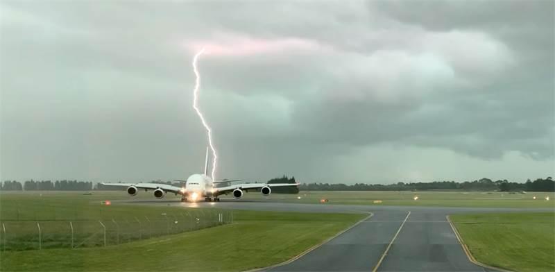 ברק שפגע במטוס בשדה התעופה בניו זילנד / צילום: רויטרס