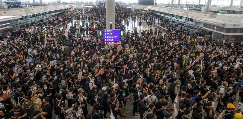 הפגנות בשדה התעופה בהונג קונג היום / צילום: Thomas Peter, רויטרס