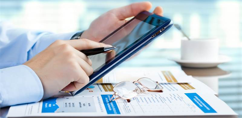 בחירת קרן פנסיה בארגון. מנהלי כספים יכולים לתווך מידע בנושא לעובד/צילום: Shutterstock/א.ס.א.פ קרייטי