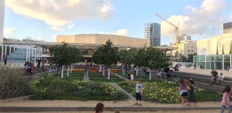 רחבת תאטרון הבימה בתל-אביב / צילום: מירב מורן