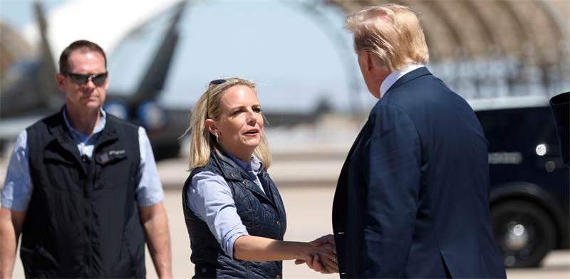 "קריסטן נילסן עם דונלד טראמפ בגבול ארה""ב-מקסיקו / צילום: REUTERS/Kevin Lamarque"