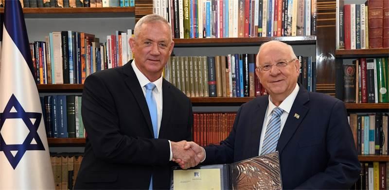 """הנשיא ראובן ריבלין מעניק לבני גנץ את המנדט להרכבת הממשלה / צילום: חיים צח, לע""""מ"""