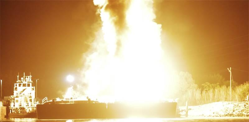 פיצוץ מכליות נפט / צילום:  REUTERS/Dan Anderson