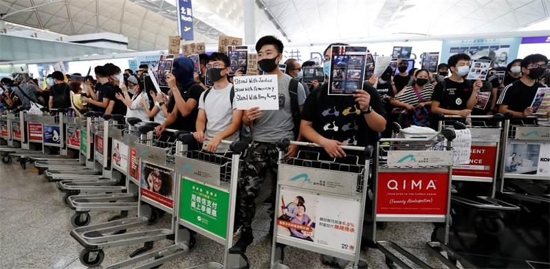ההפגנות בשדה התעופה בהונג קונג היום / צילום: Issei Kato, רויטרס