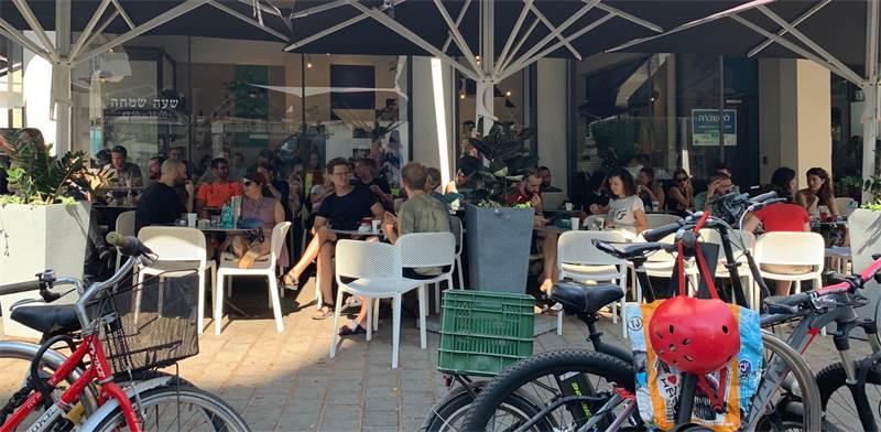 בית קפה בתל-אביב בבוקר הבחירות / צילום: שני אשכנזי