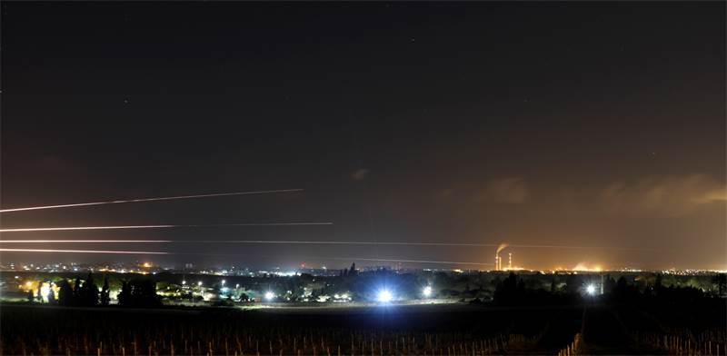 שיגורי רקטות מרצועת עזה על ישראל אתמול / צילום: REUTERS/Amir Cohen