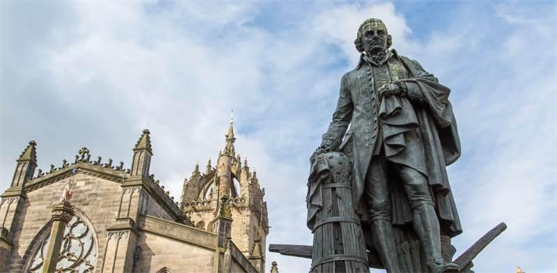 פסלו של אדם סמית באדינבורו / צילום: shutterstock
