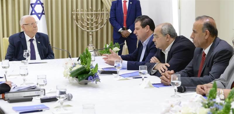 """אחמד טיבי ואיימן עודה עם נשיא המדינה רובי ריבלין / צילום: מארק ניימן לע""""מ"""
