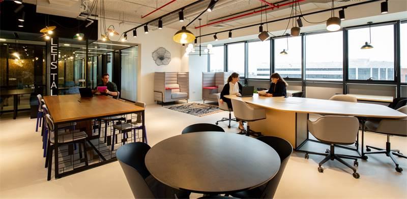 משרדים משותפים של Regus. עולם ה-Coworking תורם לרווחת העובד והחברה/צילום: Meero