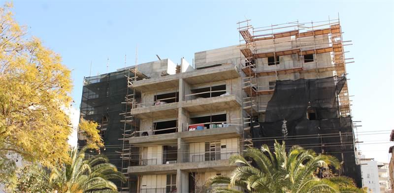 """בניין ברחוב הנשיאים בפתח-תקווה שעובר חיזוק במסגרת תמ""""א 38/1 / צילום: גיא ליברמן"""