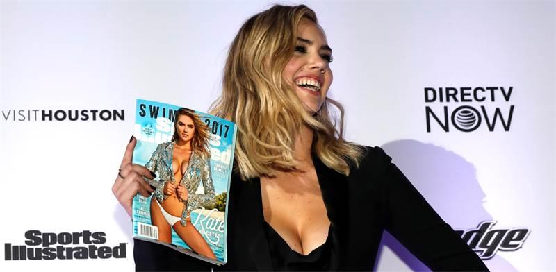 """הדוגמנית קייט אפטון עם מגזין """"ספורטס אילוסטרייטד"""" / צילום: Mike Segar, רויטרס"""