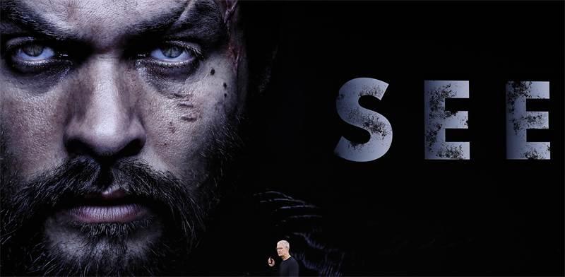 """מנכ""""ל אפל טים קוק מציג את אפל TV+ / צילום: סטיבן לאם, רויטרס"""