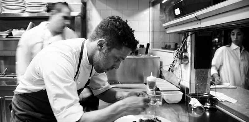 דיוויד פרנקל במטבח של מסעדת פרונטו / צילום: תמוז רחמן