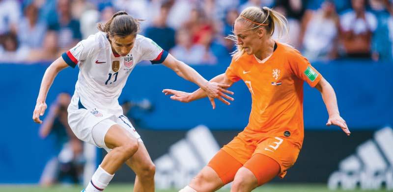 """שחקנית נבחרת הולנד סטפני ואן דר חראט ושחקנית ארה""""ב טובין הית בגמר המונדיאל / צילום: רויטרס, SIMON HASTEG?RD"""