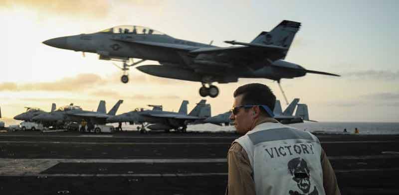 מסוק קרב נוחת על סיפון נושאת המטוסים האמריקאית אברהם לינקולן שבמפרץ הפרסי / צילום: רויטרס