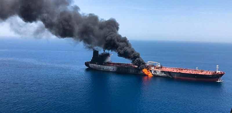 מכלית נפט בוערת במפרץ עומאן / צילום: רויטרס