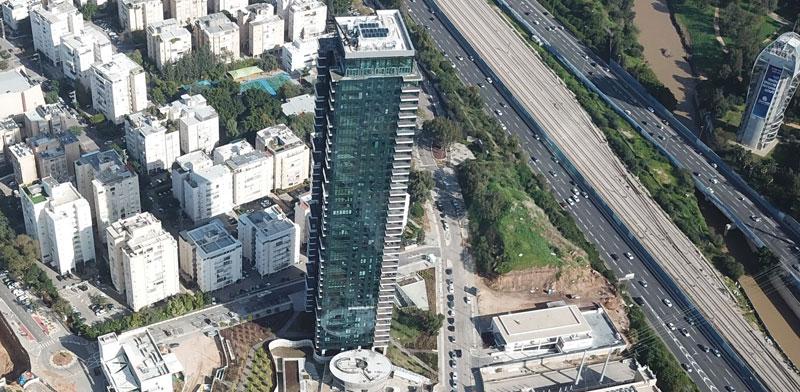 המגדל המאוכלס ולצידו הקרקע עליה מתוכנן המגדל השני / צילום: יונתן מני