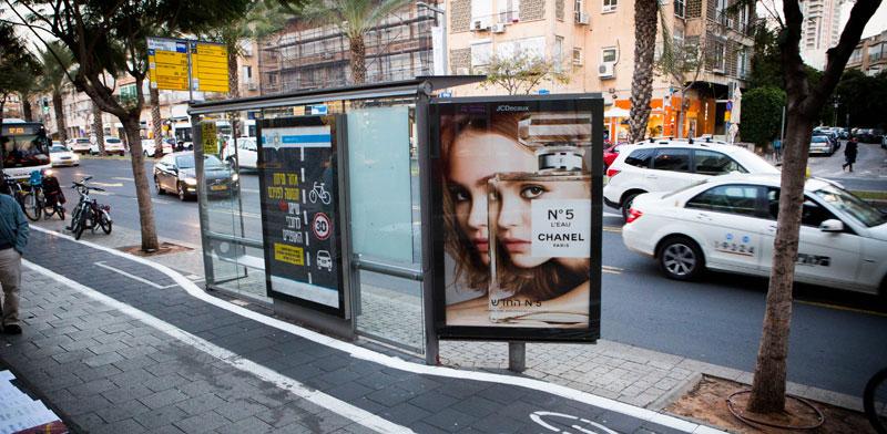 תחנת אוטובוס בתל אביב./ צילום : תמר מצפי