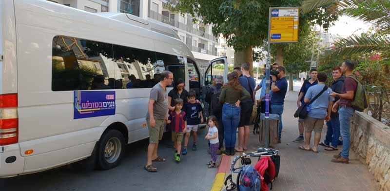 """נוסעים בתור למיזם """"נעים לסופ""""ש"""", בשבת בתל אביב / צילום: כפיר סיון"""