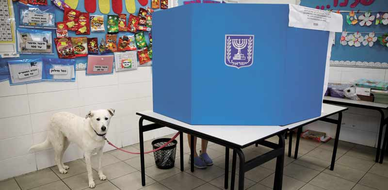 הצבעה בקלפי בבחירות באפריל/ צילום: רויטרס