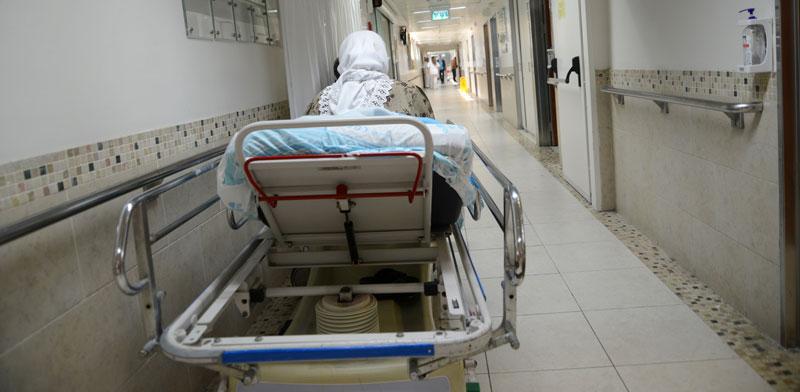 """מיטת חולה במסדרון בבית החולים רמב""""ם / צילום: איל יצהר"""