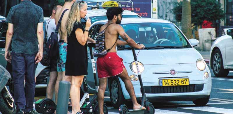 קורקינטים חשמליים על מעבר החצייה בתל אביב/ צילום:  Shutterstock/ א.ס.א.פ קריאייטיב