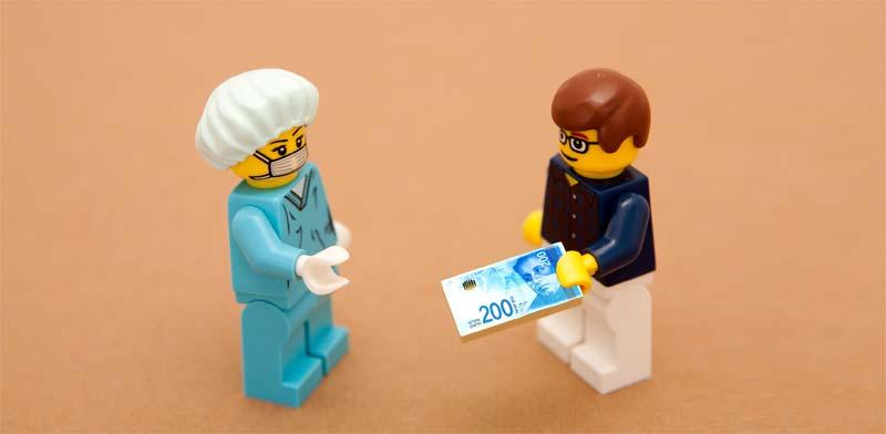 משלמים במזומן לרופא פרטי / צילום: Shutterstock, א.ס.א.פ קריאייטיב