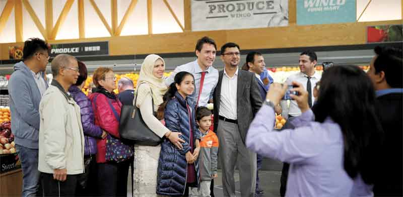 ראש ממשלת קנדה ג'סטין טרודו עם בוחרים פוטנציאליים / צילום: רויטרס