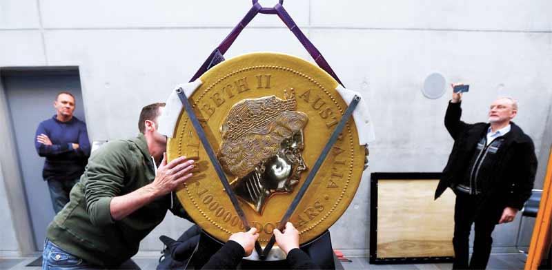 מטבע הזהב הגדול ביותר בעולם, שיוצר במטבעה של פרת / צילום: Michael Dalder רויטרס