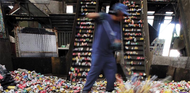 פחיות אלומיניום במפעל מיחזור / צילום: רויטרס, Paulo Whitaker