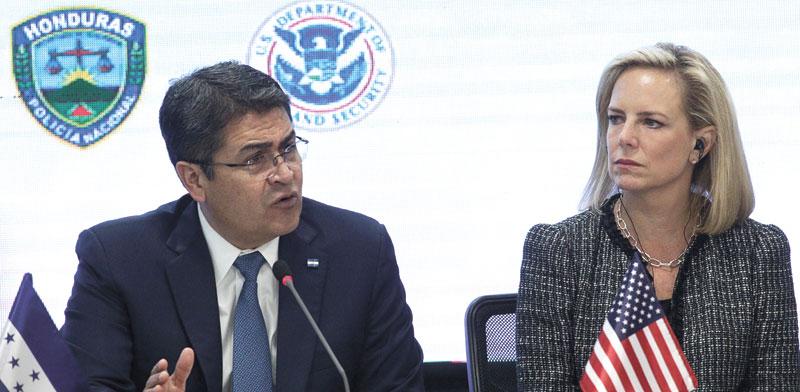 """השרה לביטחון פנים של ארה""""ב ונשיא הונדורס/  צילום: רויטרס, Jorge Cabrera"""