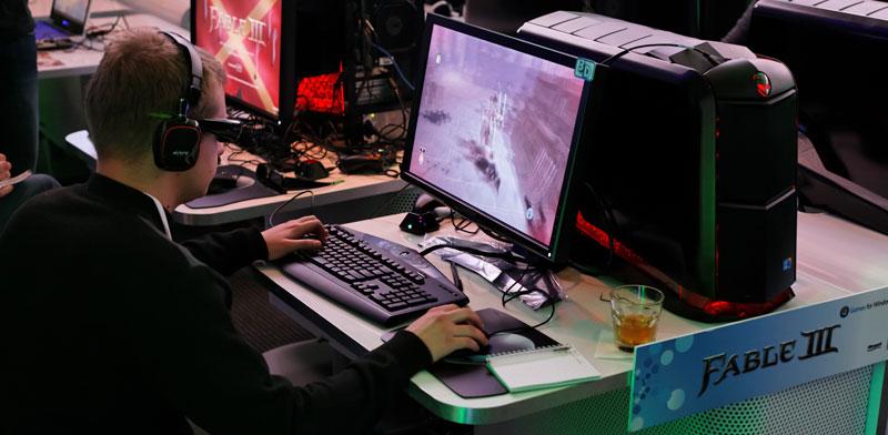 גיימר משחק במחשב עם כרטיס מסך של אנבידיה / mhkuo: Shutterstock א.ס.א.פ קרייטיב