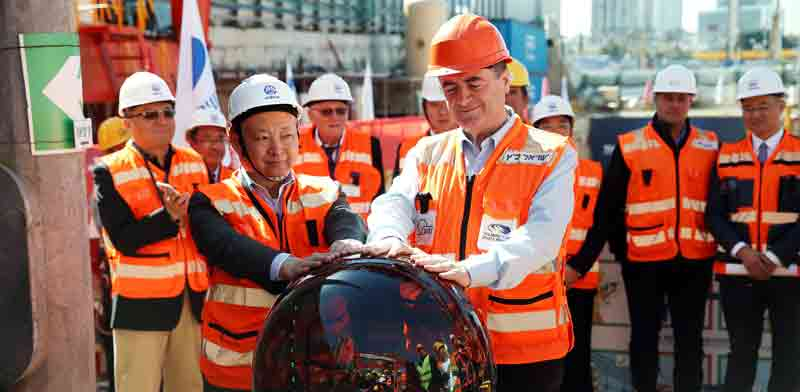 Transport Minister Yisrael Katz with Chinese workers on light rail project photo: Reuters