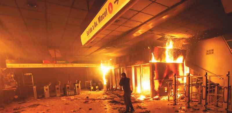 תחנת רכבת תחתית שרופה בסנטיאגו, צ'ילה / צילום: רויטרס