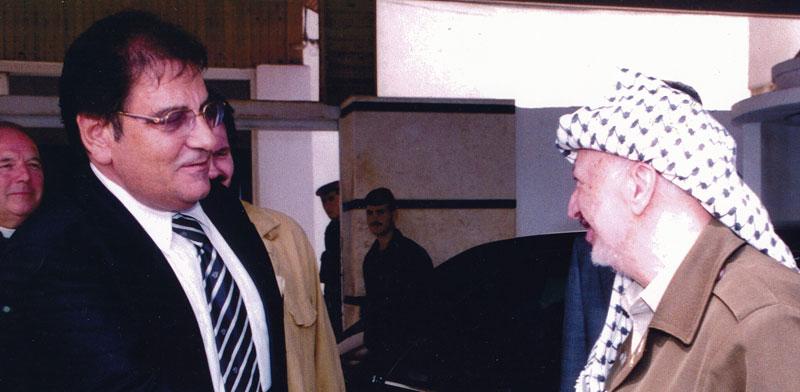 """אברהם בלוך בפגישה עם יו""""ר יאסר ערפאת / צילום: באדיבות משרד עו""""ד איתן ארז"""