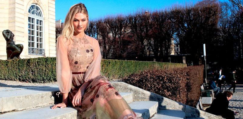 הדוגמנית קארלי קלוס מדגמנת לבית האופנה דיור בפריז. האם חברות האופנה יפחיתו את הזיהום? / צילום: רויטרס, Gonzalo Fuentes