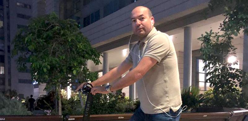 Eyal Berkovic rides a LEO scooter Photo: Kfir Benshooshan