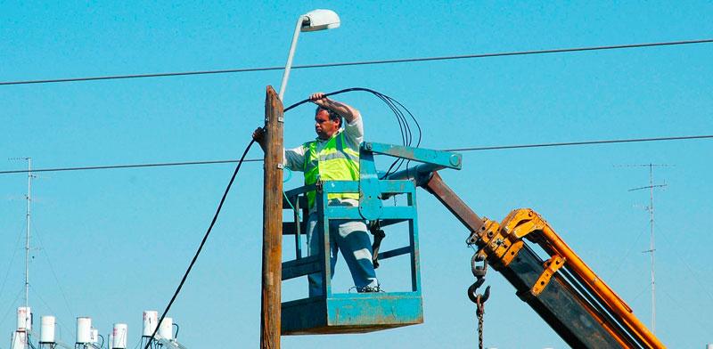 עובד חברת החשמל על מנוף / צילום: תמר מצפי