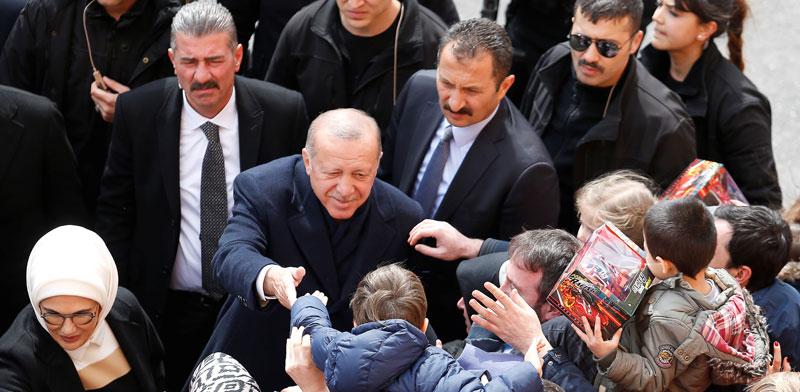 ארדואן מברך את תומכיו ביום הבחירות המקומיות / צילום: רויטרס Kemal Aslan