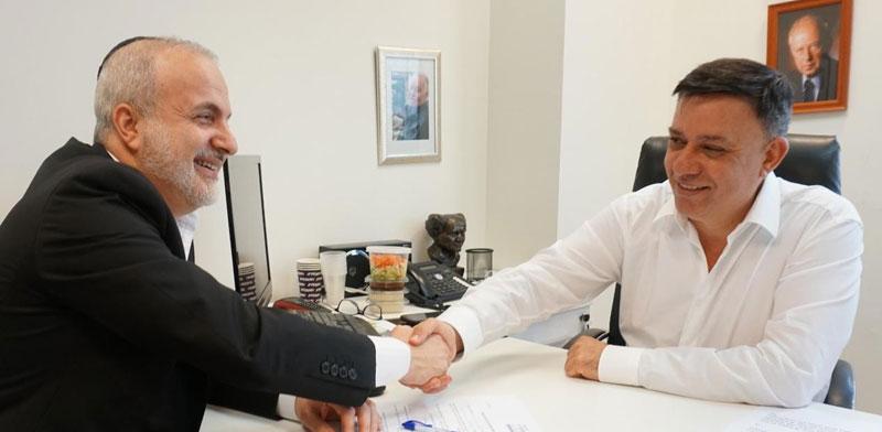 """יו""""ר העבודה אבי גבאי חותם על אמנת אומ""""ץ למינהל תקין / צילום: יצחק אלרוב"""