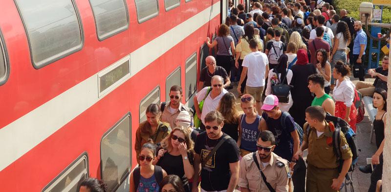עומס ברכבת /צילום: Shutterstock א.ס.א.פ קריאייטיב