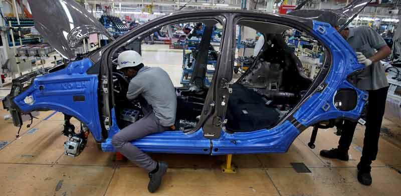עובדים במפעל הרכבת רכב של טאטא ההודית/ צילום: רויטרס